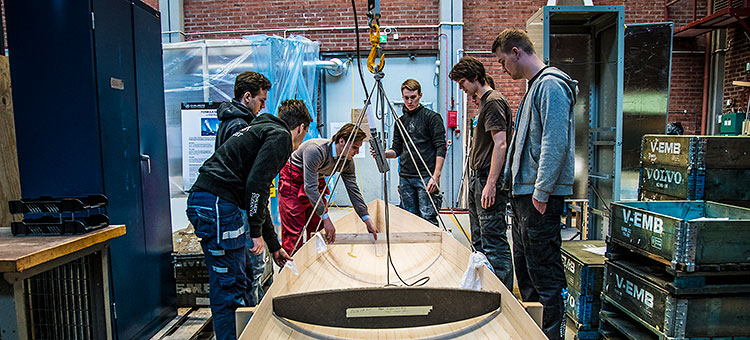 Picture of Chalmers students building an organic boat.