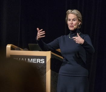Audio description: Frances Arnold and the audience during the lecture.