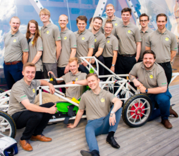 Audio description: Image of the majority of the team members in the project, with the car.