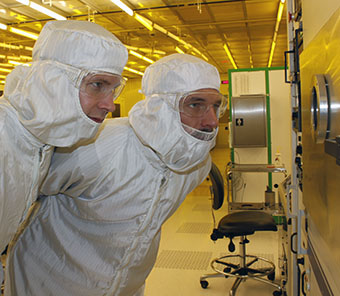 Researchers Niklas Lindahl and Björn Wickman at the Department of Physics at Chalmers University of Technology.