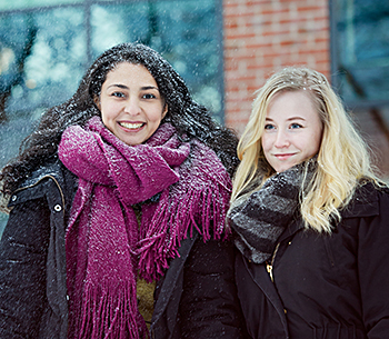 Audio description: Students in snowfall at Campus Johanneberg