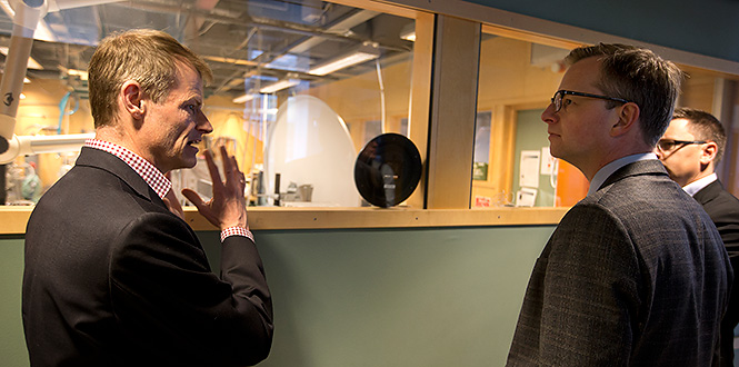 Jan Grahn diskuterar med närings- och innovationsminister Mikael Damberg, som gästade MC2 under 2015. Foto: Peter Widing